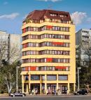 Модель городского современного жилого дома с торговым пассажем,пентхаусом на последних этажах и освещением.Пр-во KIBRI.Арт.38218.Масштаб НО (1:87).