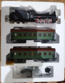 Модель паровоза серии Ов 724 с нефтяным тендером и 2-мя пассажирскими вагонами.Пр-во мелкосерийное.Масштаб НО (1:87).