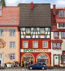 Модель небольшого городского жилого дома с магазином Sport Meder.Пр-во FALLER.Арт.130498.Масштаб НО (1:87).