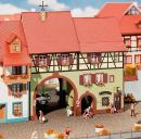Модель небольшого городского жилого дома с воротами Niederes Tor.Пр-во FALLER.Арт.130499.Масштаб НО (1:87).