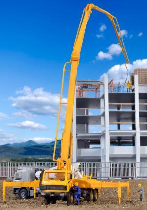Модель грузовика MERCEDES-BENZ 3328 с насосом для подачи бетона при строительстве зданий.Пр-ва KIBRI.Арт.10200.Масштаб НО (1:87).