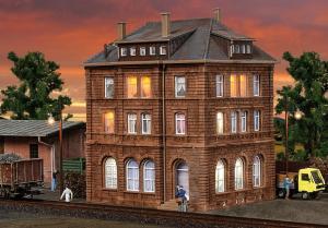 Модель жилого дома для железнодорожников с освещением LED (стартовый набор).Пр-во KIBRI.Арт.38199.Масштаб НО (1:87).