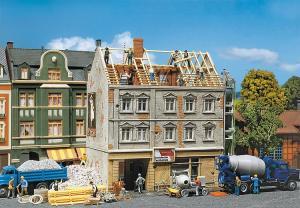 Модель городского дома в стадии реконструкции.Пр-во FALLER.Арт.130456.Масштаб НО (1:87).