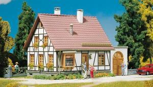 Модель фахверкового дома с гаражом.Пр-во FALLER.Арт.130215.Масштаб НО (1:87).