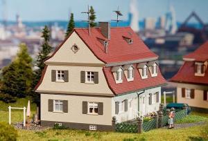 Модель многосемейного дома с 2-мя входами.Пр-во FALLER.Арт.130463.Масштаб НО (1:87).