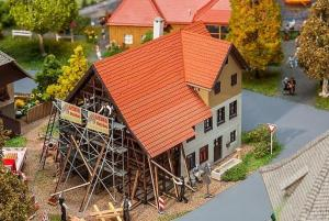 Модель сельского дома во время реконструкции.Пр-во FALLER.Арт.130533.Масштаб НО (1:87).