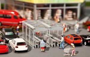 Модель 2-х небольших строений для хранения на улице тележек супермаркетов и сами тележки.Пр-во FALLER.Арт.180606.Масштаб НО (1:87).